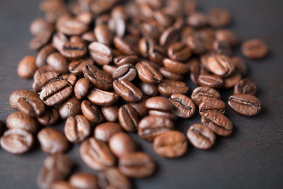 ¿La cafeína para el pelo frena la caída?