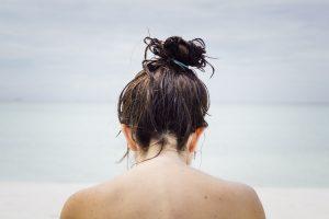 ¿Dormir con el pelo mojado es perjudicial?