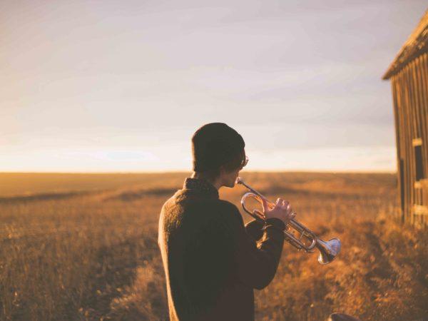 Tocar instrumentos después de un injerto capilar